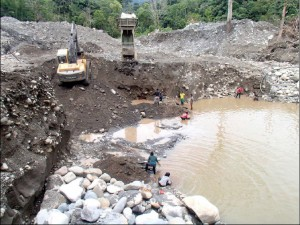 More unregulated mining operations along the Río Jatuyacu.
